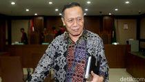 Senyum Amin Santono di Sidang Dakwaan Kasus Korupsi