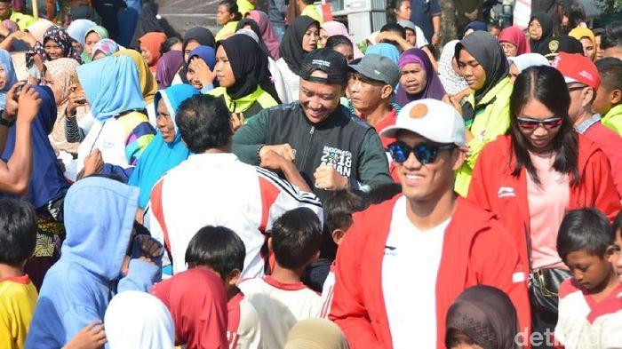 Menpora berkunjung ke warga terdampak bencana gempa bumi di Lombok Barat. (Harianto N/detikSport)