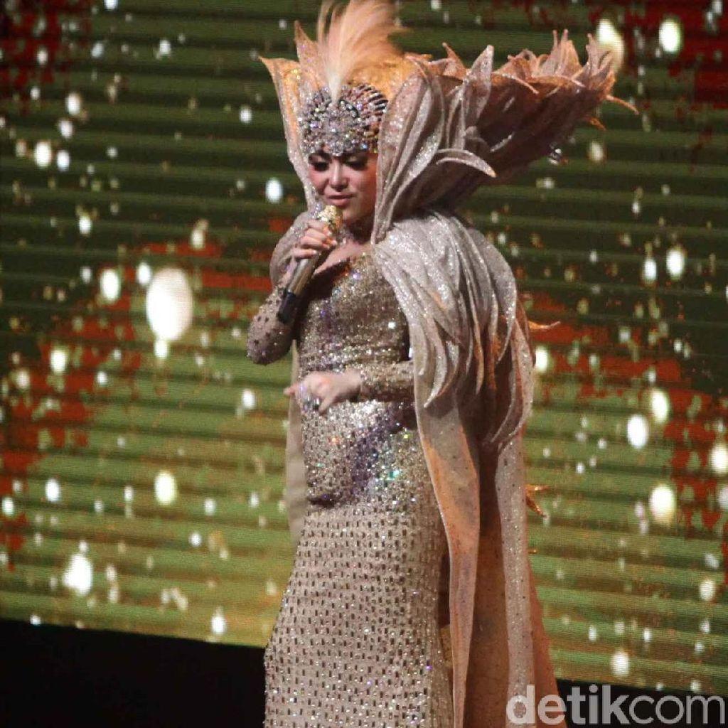Di Konser, Syahrini Sebut Anang Berpengaruh Besar untuk Kariernya
