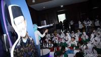 Anak-anak mendengarkan penjelasan mengenai pesawat anyar rancangan Presiden ke-3 BJ Habibie tersebut.
