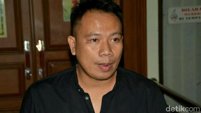 Vicky Prasetyo resmi menggugat cerai Angel Lelga ke PA Jakarta Selatan, Wajah Vicky kelihatan lelah banget.