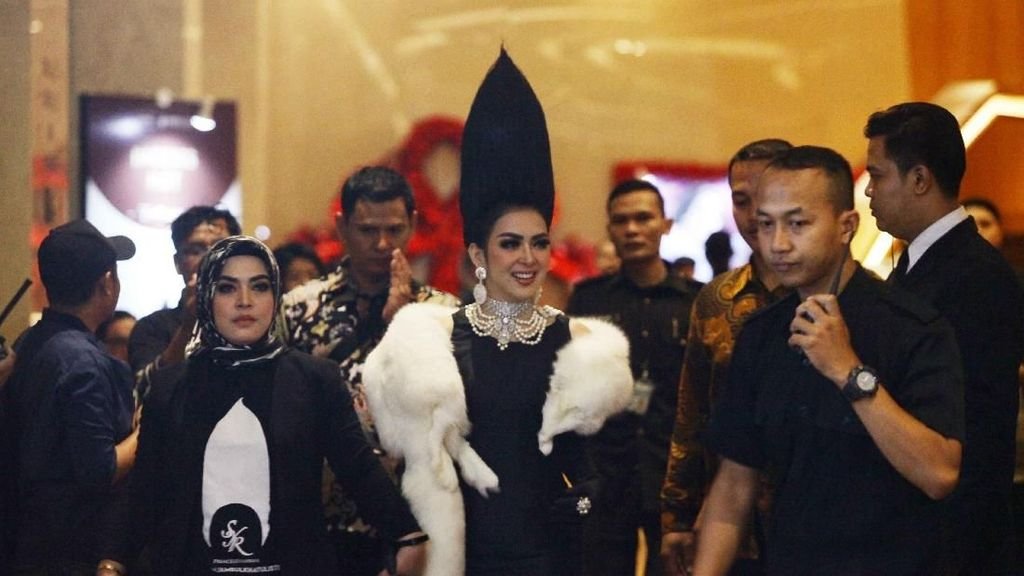 Heboh Rambut Jambul Khatulistiwa Syahrini Saat Konser, Tingginya 45 Cm