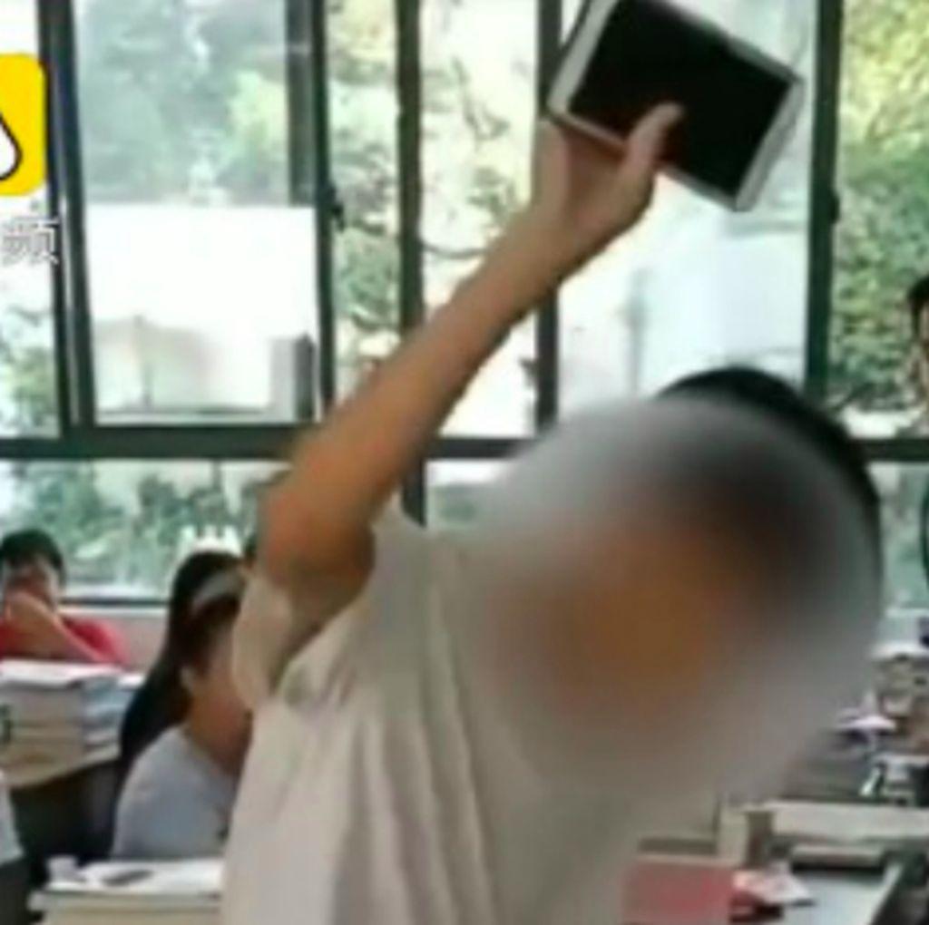 Guru Ini Hukum Siswa Hancurkan Ponselnya di Kelas