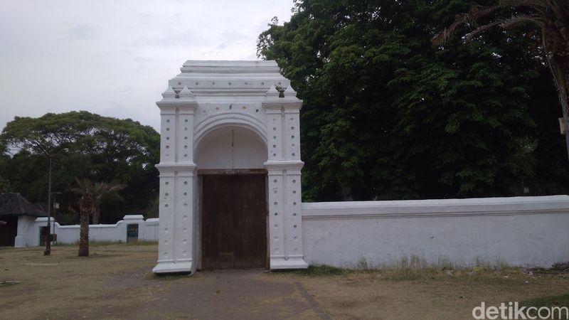 Inilah Si Blawong, gerbang putih di Keraton Kanoman Cirebon (Sudirman/detikTravel)
