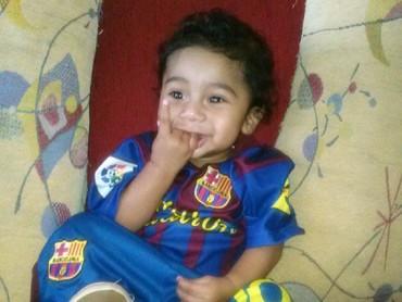 Walau jersey-nya kegedean, yang penting tetatp cinta Barca ya, Nak. He-he-he. (Foto: Instagram/tierno13srb)