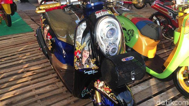 Honda Scoopy dengan stiker di sekujur badannya