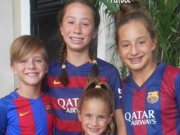 Wah, kompakan sama teman-teman pakai jersey Barcelona FC seruju juga lho. (Foto: Instagram/eltitirestrepo)