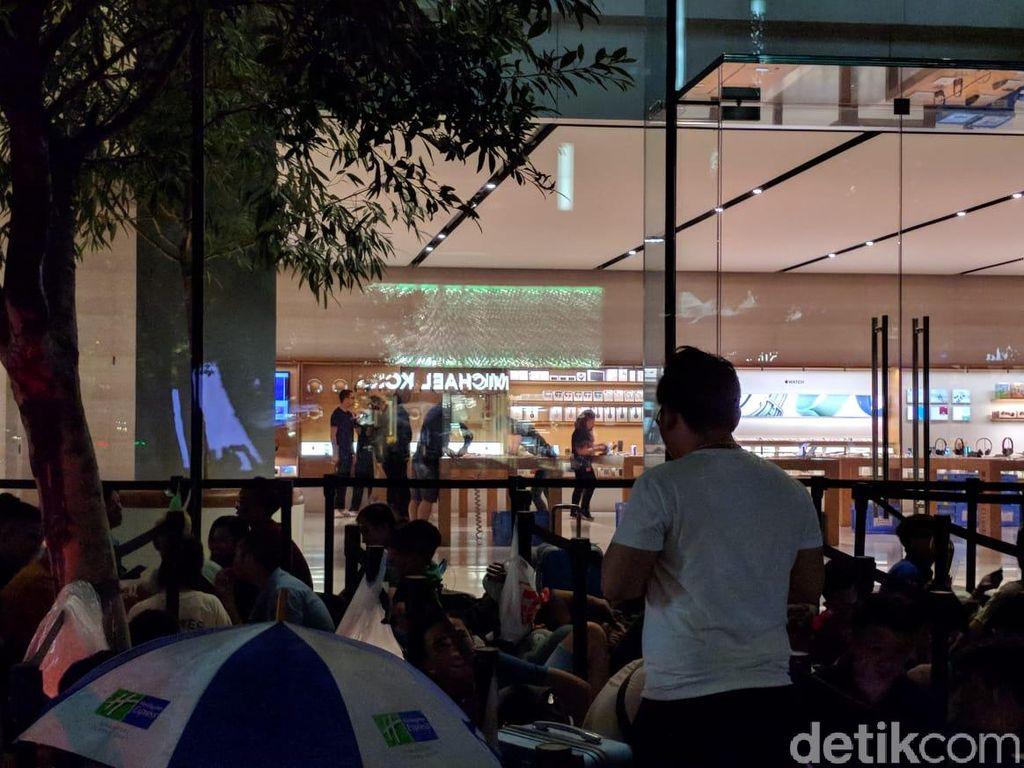 Begini kondisi terkini antrean iPhone yang mengular di Apple Store di wilayah Orchard, Singapura. Foto: Adi Fida Rahman/detikinet