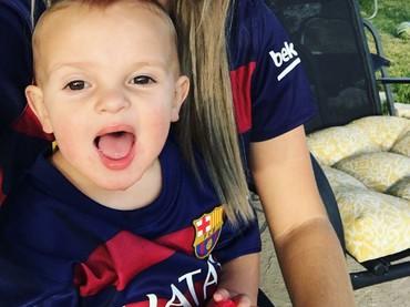 Bunda dan si kecil kompak bakai jersey klub kesayangan? Kenapa nggak. (Foto: Instagram/sierra_markellg)