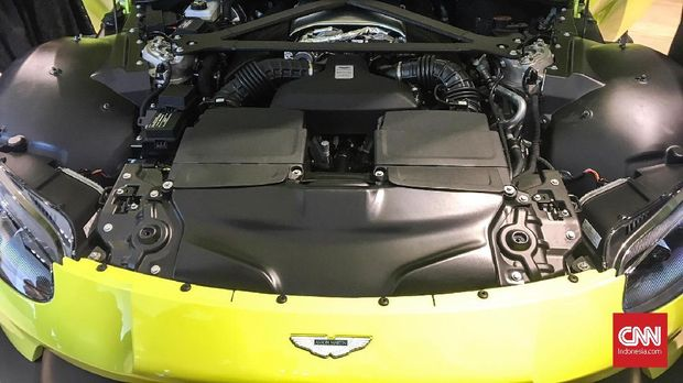 Bak lebar untuk menyimpan mesin kapasitas 4.000 cc V8.