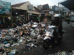 Protes Limbah Kulit, Warga Garut Blokade Jalan Pakai Sampah