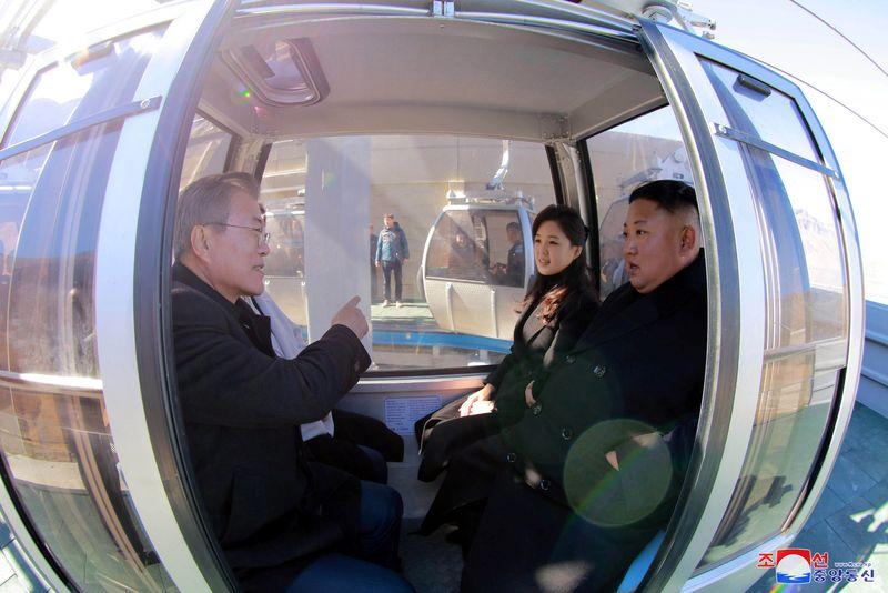 Presiden Korea Selatan (Korsel) Moon Jae-In mendaki Gunung Paektu di Korea Utara (Korut) bersama Kim Jong-Un. Hal ini menjadi salah satu impian juga daftar bucket list Moon di sepanjang hidupnya (Pyeongyang Press Corps/Pool via REUTERS)