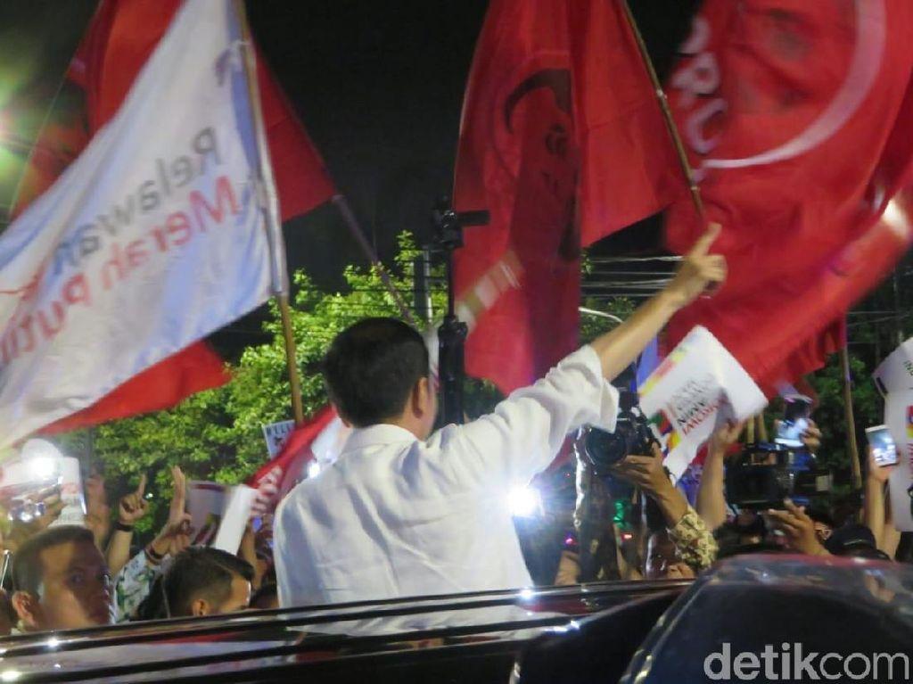Tinggalkan KPU, Jokowi Keluar dari Mobil Sapa Pendukung