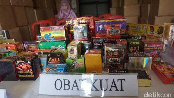 Merek obat kuat yang ditemukan antara lain Urat Madu, Tanduk Rusa, Spider, Cobra-X, dan Chang Sang. (Foto: Khadijah Nur Azizah/detikHealth)