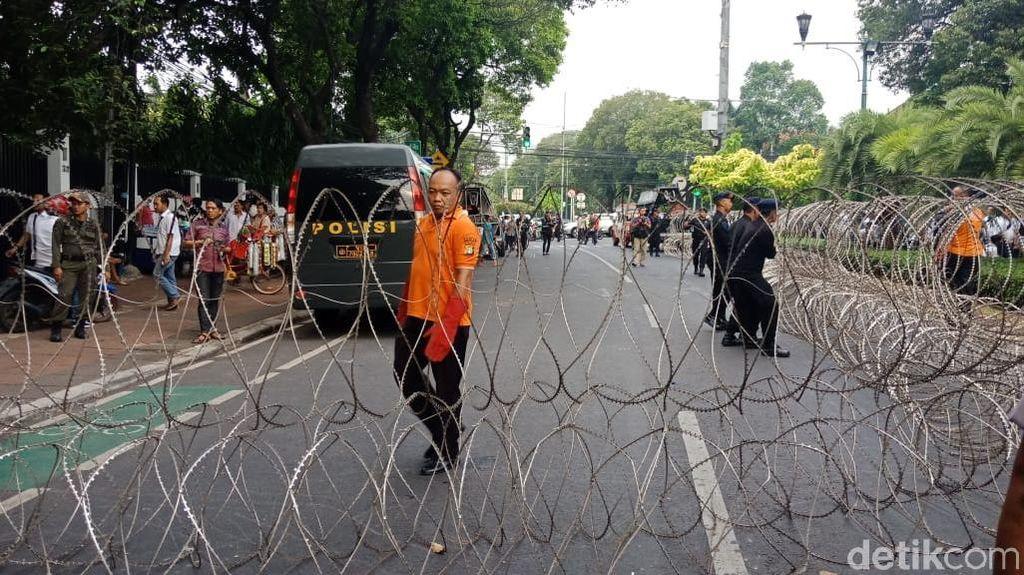Pendukung 2 Kubu Capres di KPU Dipisahkan Kawat Berduri