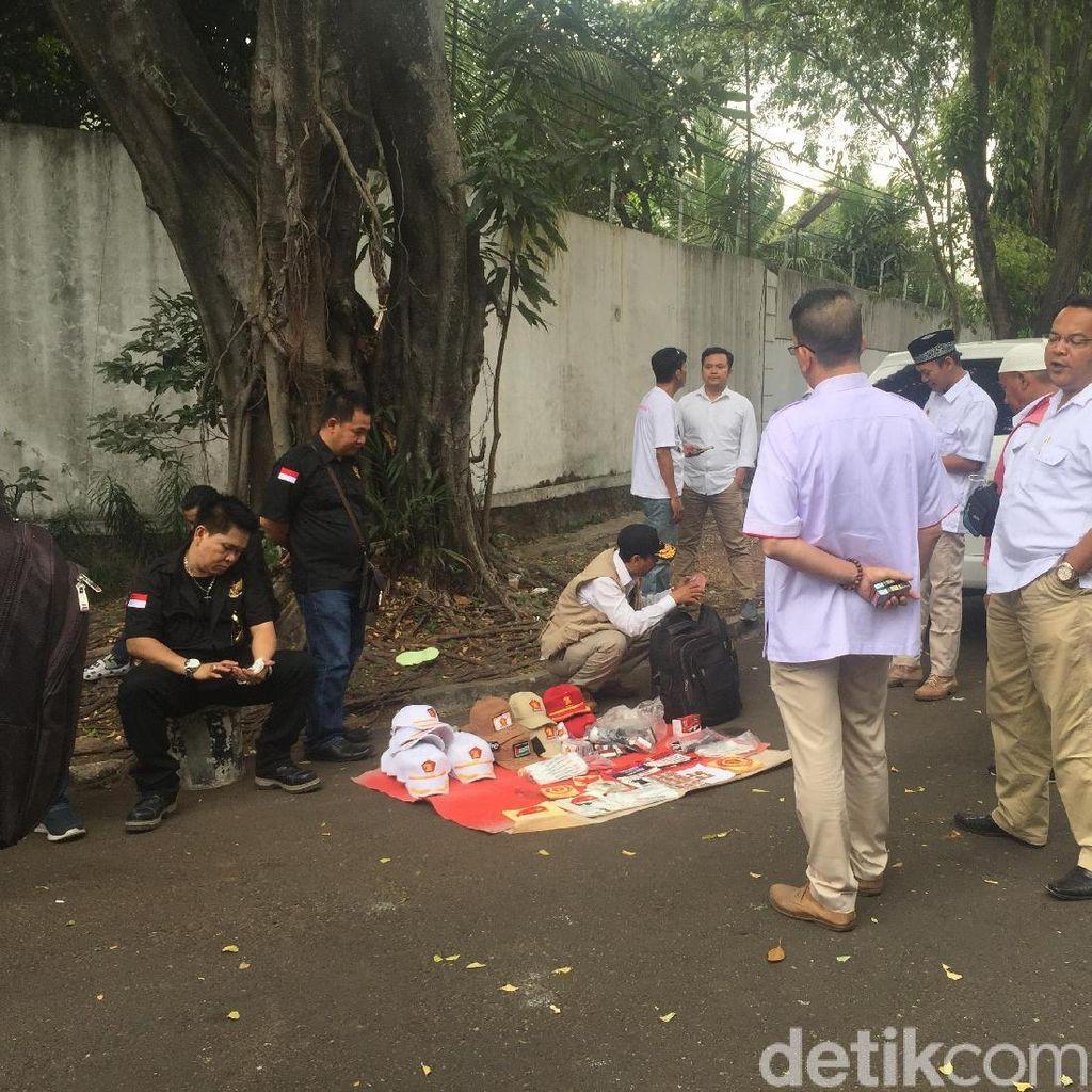 Pendukung Mulai Datangi Rumah Prabowo, Ada yang Jual Atribut