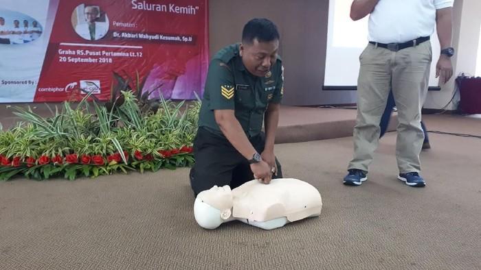 Melakukan kompresi dada untuk pertolongan pertama orang henti jantung dan napas. Foto: Widiya Wiyanti/detikHealth