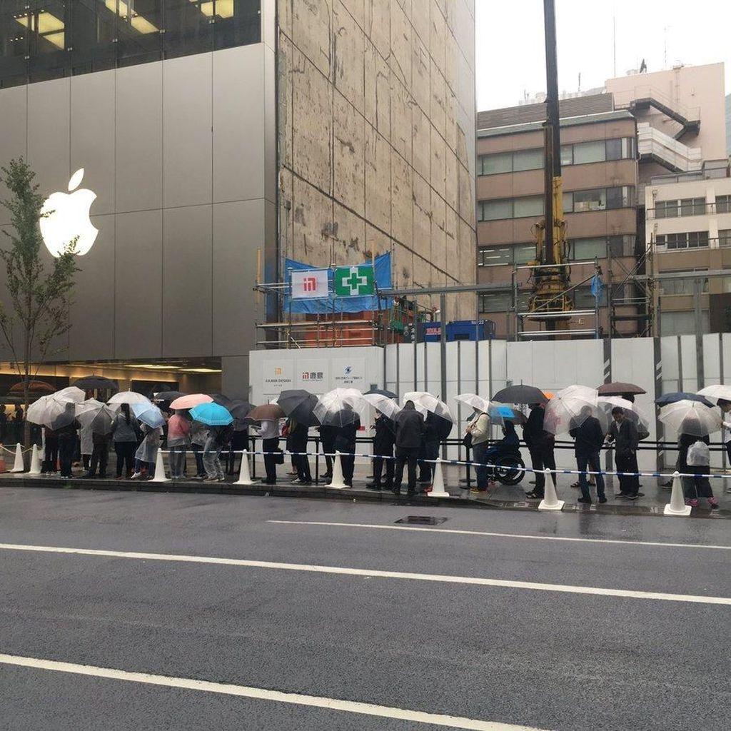 Huawei Kembali Ganggu Pengantre iPhone dengan Minuman Jus