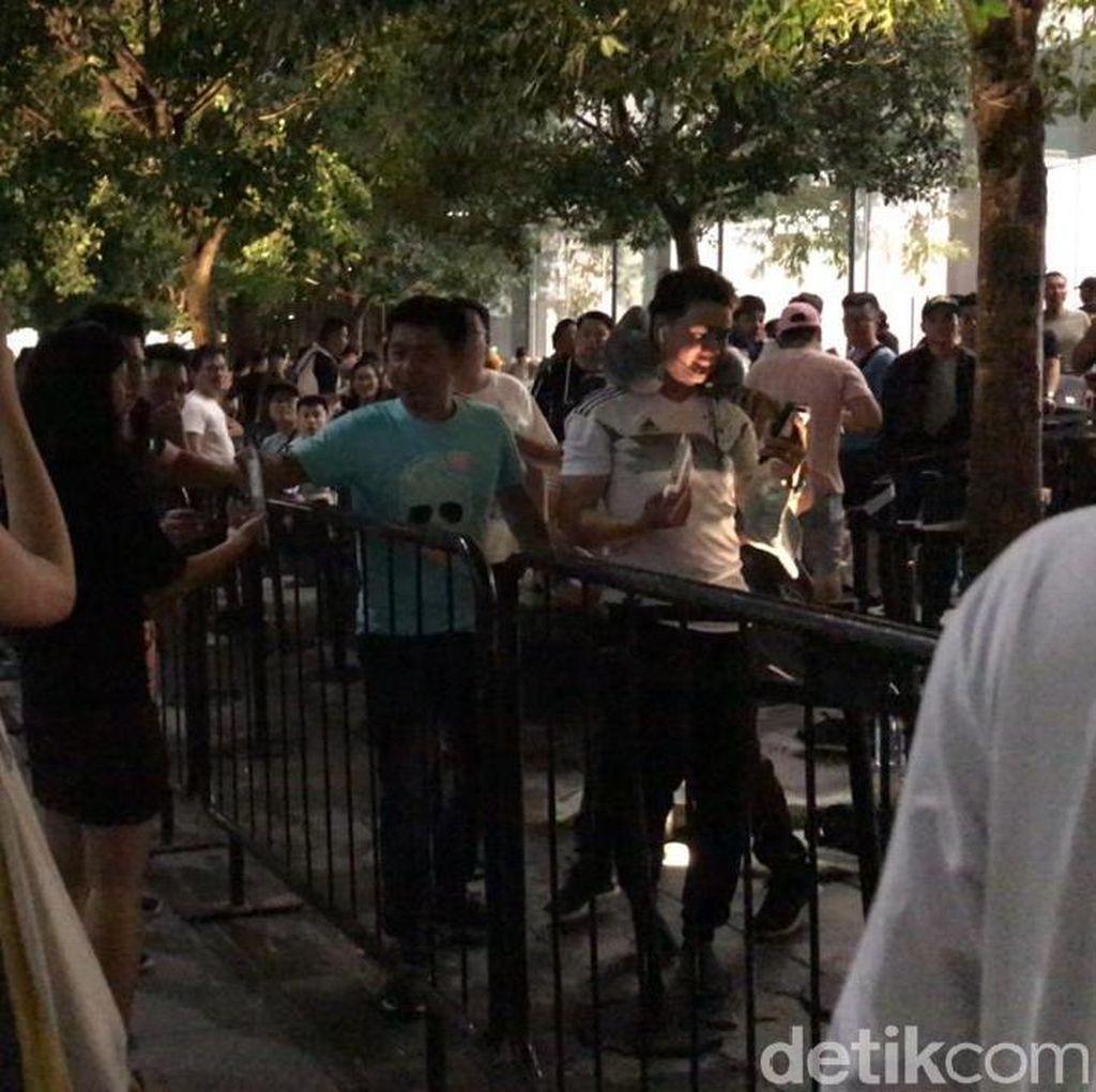 Huawei Coba Usik Pengantre iPhone di Apple Orchard