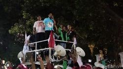 Pendukung Prabowo Nyanyi Lagu Potong Bebek Angsa Fadli Zon di KPU