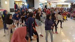Habis Bertengkar, Pengunjung Mal di Kediri Ramai-ramai Goyang Dayung