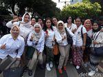 Saat Pendukung Jokowi dan Prabowo Selfie Bareng di KPU