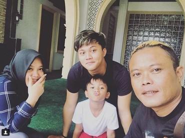 Kompak foto bareng ayah dan adik-adiknya. Namun sayang, kurang lengkap tanpa kehadiran Ridwan dan Mama Lina. (Foto: Instagram @rizkyfbian)