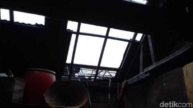 Atap rumah rusak diterjang angin puting beliung di Banjarnegara.
