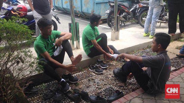 Pemain-pemain Timnas Indonesia melaksanakan salat Jumat di Masjid Darul Ehsan.