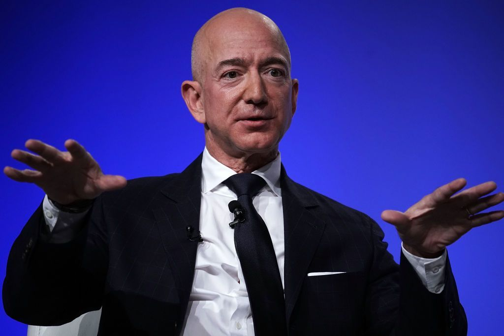 Jeff Bezos mengumumkan bercerai dengan istrinya, MacKenzie. Belakangan, orang terkaya dunia berkat kesuksesan e-commerce Amazon ini ketahuan selingkuh dengan mantan presenter Lauren Sanchez. Bahkan detailnya dipublikasikan oleh media National Enquirer, pesan dan foto-foto mesum yang ia kirim berhasil didapat media itu. Sebuah kecerobohan yang sulit dipercaya dilakukan sosok genius seperti dia. Foto: Alex Wong/Getty Images