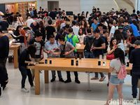 Suasana penjualan iPhone XS dan iPhone XS Max di Apple Store Singapura.