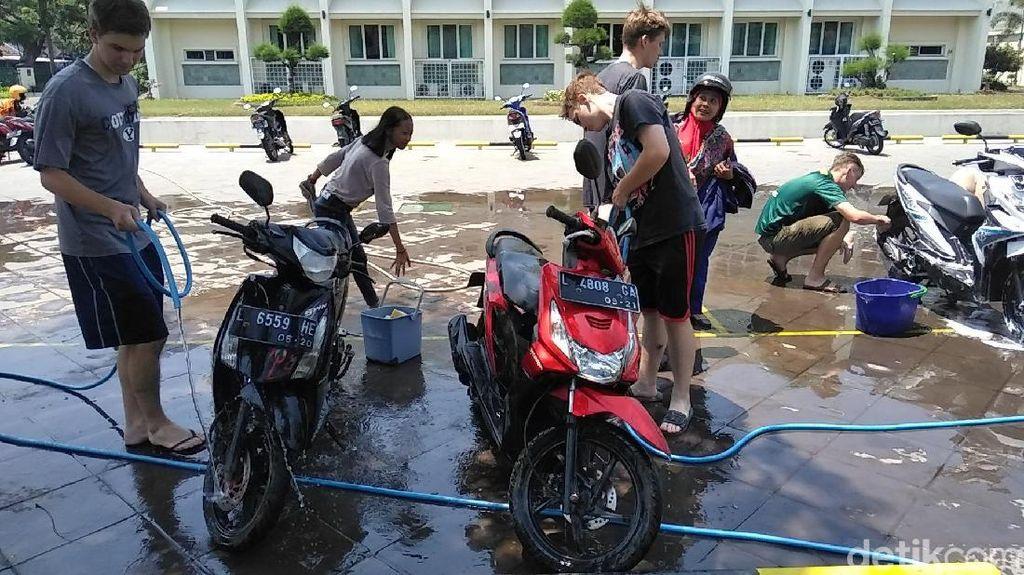 Bule-bule di Surabaya Ini Buka Cuci Motor Gratis, Mau Coba?
