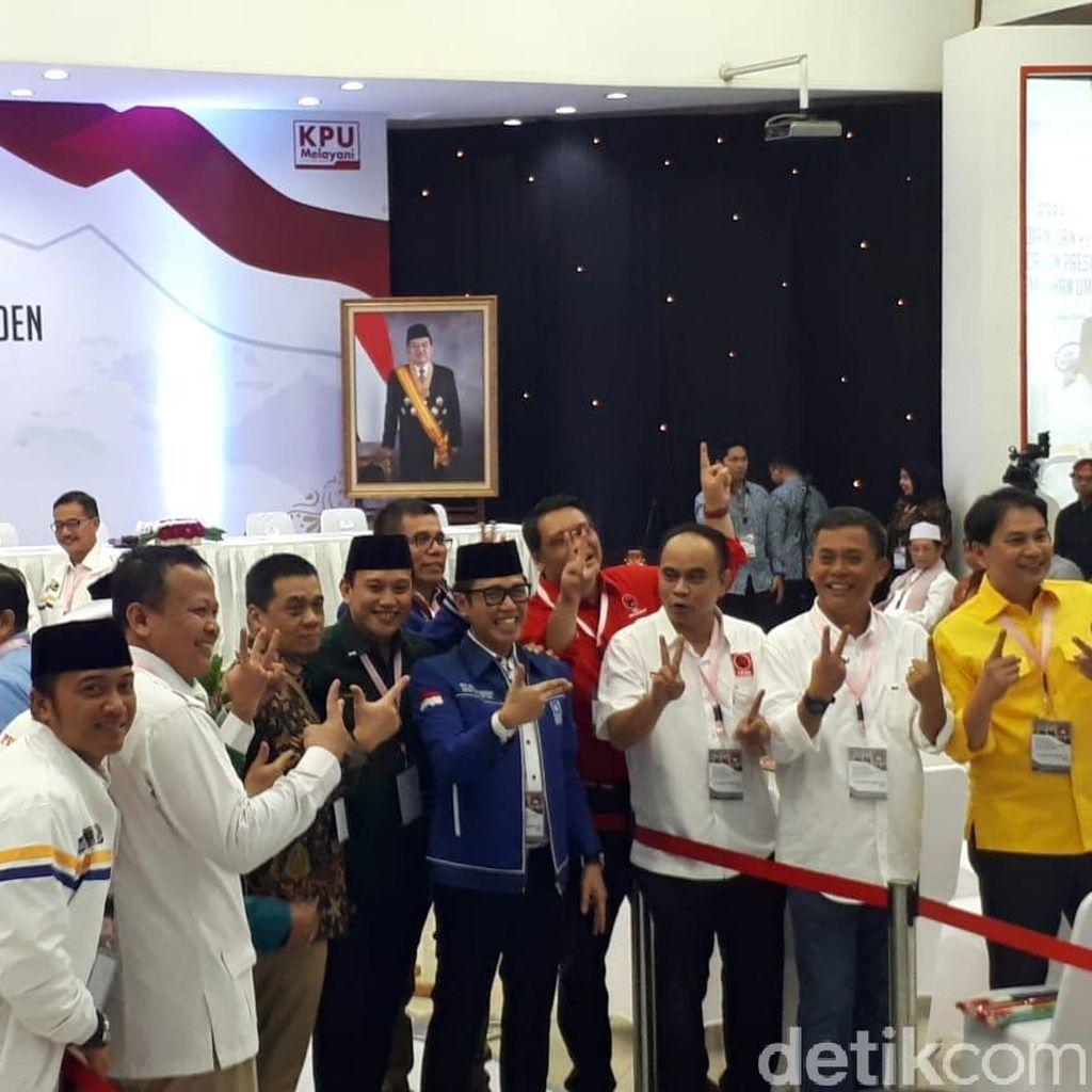 Kubu Jokowi dan Prabowo Saling Sapa dan Akrab di KPU