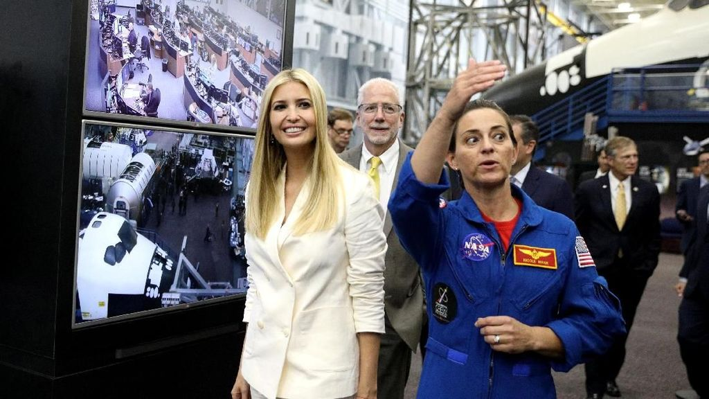 Keceriaan Ivanka Trump Saat Berkunjung ke Kantor NASA