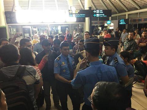 Penumpang protes untuk mendapatkan kejelasan penerbangan