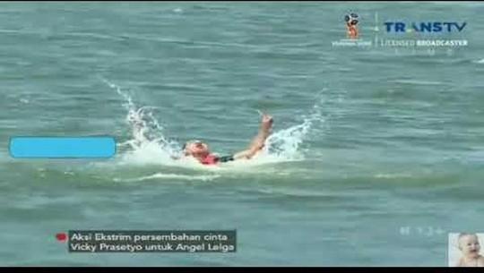 Dari Terjun Ke Laut Hingga Selebrasi Akad, Sensasi Vicky-Angel Lelga