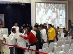 Prabowo Salami Kubu Jokowi Saat Masuk Ruang Sidang KPU
