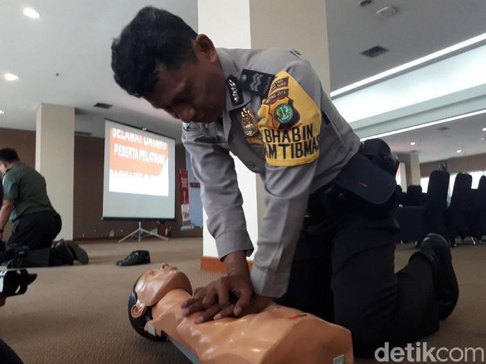 Seorang petugas tengah mempraktikkan bantuan hidup dasar (Foto: Widiya Wiyanti/detikHealth)