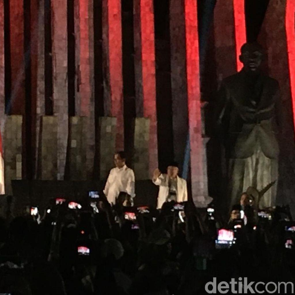 Jokowi-Maruf Amin Temui Pendukung di Tugu Proklamasi