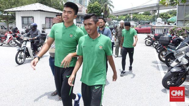 Para pemain Timnas Indonesia U-16 berjalan ke Masjid Darul Ehsan Subang Jaya.