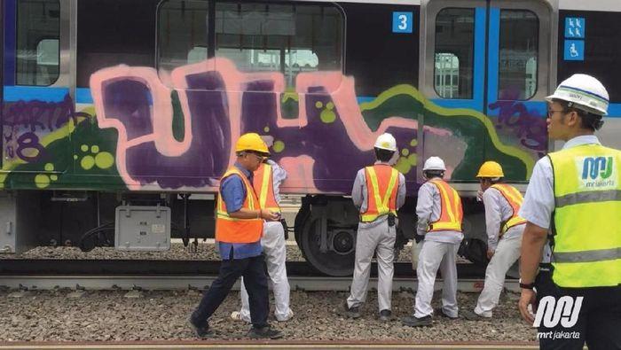 coretan tersebut merupakan grafiti di badan kereta nomor tiga di rangkaian kereta kedelapan (K1 1 18 45) MRT Jakarta. Foto: Dok. MRT Jakarta