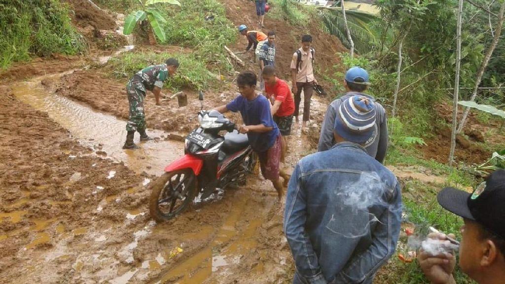 Longsor, Akses Jalan Penghubung 2 Kecamatan di Garut Lumpuh