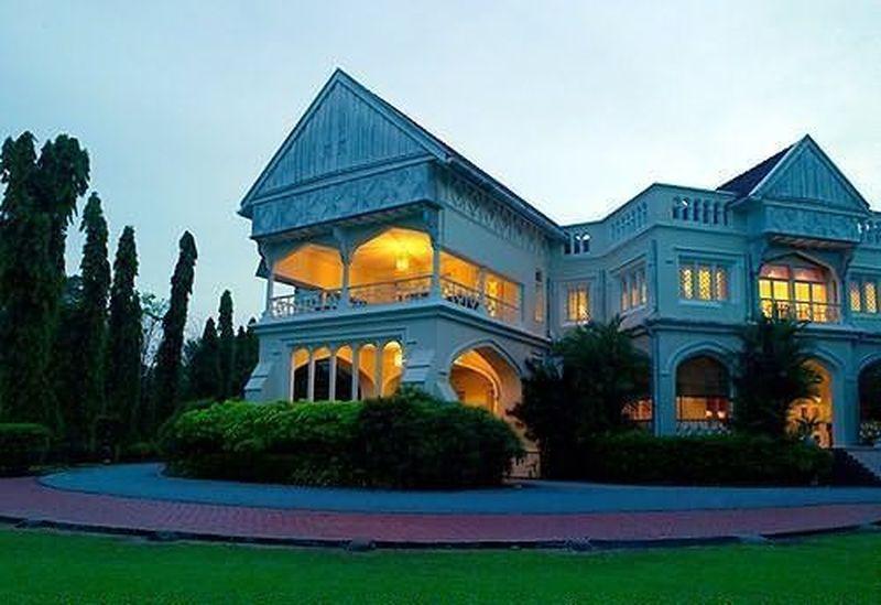 Ternyata, rumah tersebut merupakan sebuah hotel dengan bangunan kolonial bernama Carcosa Seri Negara di ibukota Malaysia, Kuala Lumpur (Carcosa Seri Negara)
