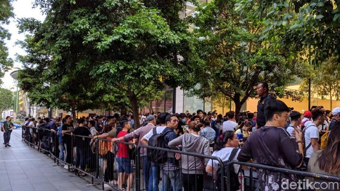 Meski harganya melonjak, antrean pembeli iPhone XS Max tetap mengular panjang. Foto: Adi Fida Rahman/detikinet
