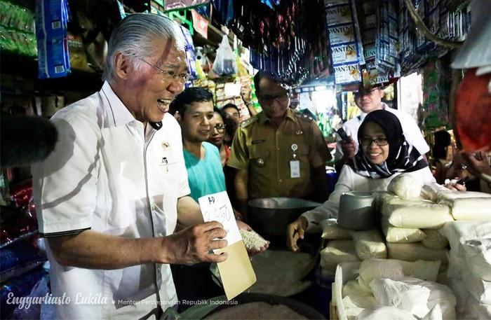 Pemilik nama lengkap Enggartiasto Lukita ini menjabat sebagai Menteri Perdagangan dalam Kabinet Kerja yang dipimpin Presiden Jokowi. Pekerjaannya saat ini otomatis membuat Enggartiasto jadi sering berkunjung ke pasar. Foto: instagram @enggartiastolukita