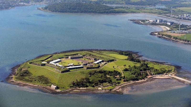 Spike Island terletak di lepas pantai barat daya Irlandia. Daya tarik utamanya adalah benteng berbentuk bintang yang dulu digunakan sebagai penjara terbesar di dunia (Spike Island Cork)