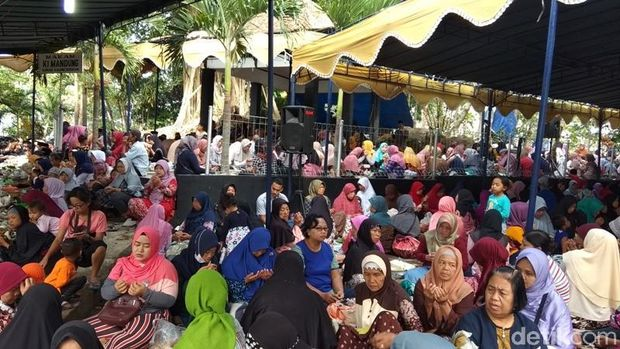 Warga di kompleks Makam Ki Mandung.
