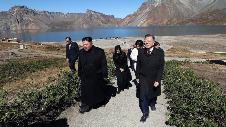 Momen Kebersamaan Presiden Korsel dan Presiden Korut di Gunung Paektu (Pyeongyang Press Corps/Pool via REUTERS)