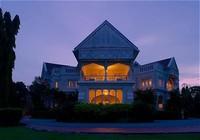 Dari luar, memang terlihat seperti rumah megah dengan gaya Neo-Gothic dan Tudor Revival (Carcosa Seri Negara)