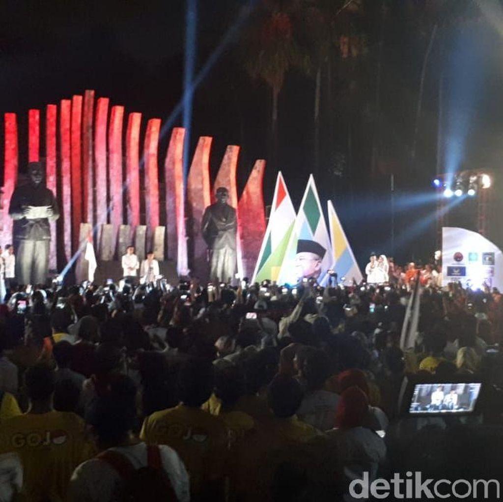 Lagu Goyang Dua Jari Hibur Jokowi-Pendukung di Tugu Proklamasi